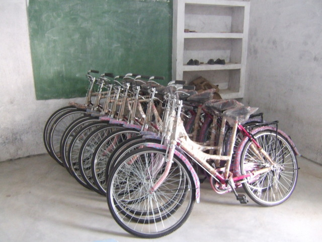 Distribution of the schoolbikes, January 2014|Uitreiking schoolfietsen, januari 2014