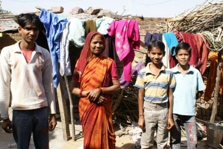 Deze moeder van een arm gezin is erg blij met de school: haar oudste zoon is oud-leerling, haar andere kinderen bezoeken de school