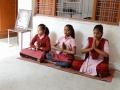 Drie oudere leerlingen leiden de dagelijkse viering -Three elder children lead he dayley cermony