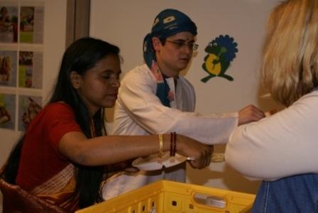 En natuurlijk: verkoop van Indiaas eten voor het goede doel