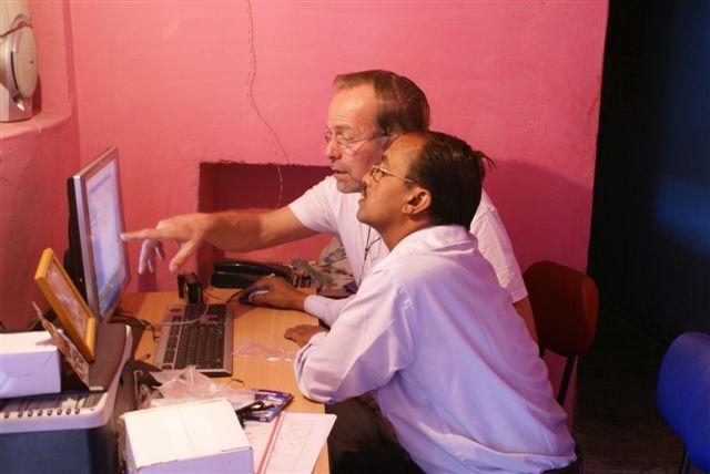 Hoofdonderwijzer Prabhat krijgt computerlessen van onze voorzitter Rutger