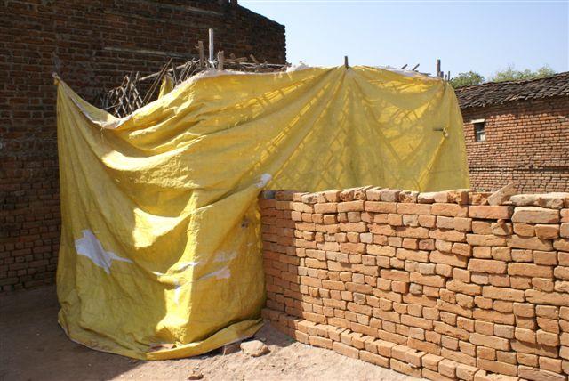 Achter dit zeil  is de openlucht latrine voor bijna 200 kinderen: wij hebben geld kunnen toezeggen voor een behoorlijk toiletgebouwtje met 6 toiletten gescheiden voor jongens en meisjes
