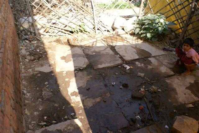 De latrine na een paar uren gebruik