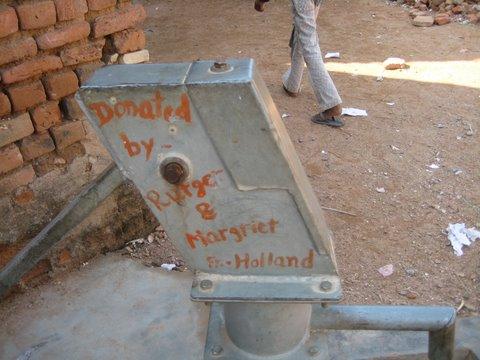 Onmisbaar bij de bouw: de waterput, zonder water kunnen wanden en vloeren niet worden afgewerkt