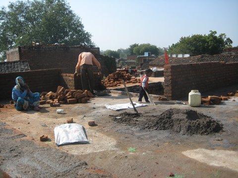 Het bouwen van de school wordt grotendeels gedaan door vrijwilligers