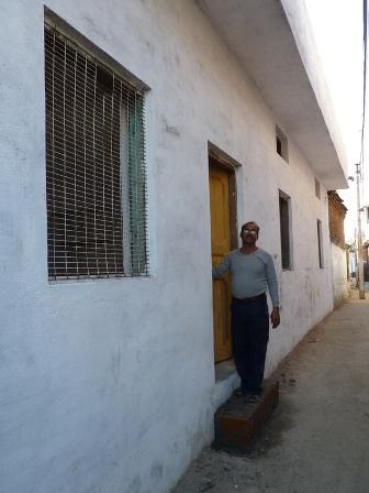 Directeur Prabhat naast het nieuwe gedeelte
