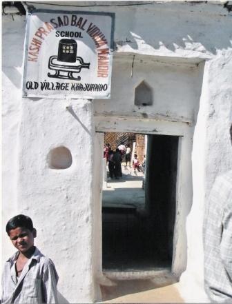 De ingang van de school