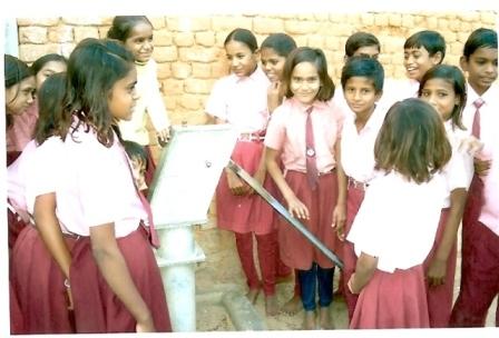 Genoeg en schoon water is belangrijk: kinderen rond de nieuwe perspomp, 2008