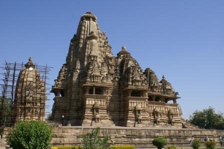 Khajuraho is wereldberoemd  vanwege de ongeveer 80 schitterende temples