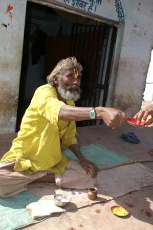 Een Sadhu, een heilige man, bedelend voor zijn onderhoud