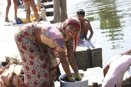 Kleding wassen, jezelf wassen en tanden poetsen : ook dat gebeurt allemaal in dezelfde rivier
