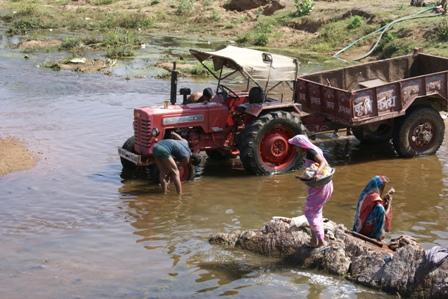 De weinige wat rijkere boeren hebben een tractor en die moet op zondag natuurlijk worden gewassen in de rivier