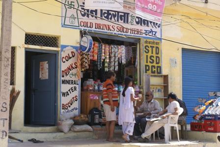 Een van de winkeltjes in het dorp