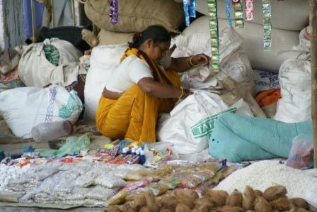 Op de jaarmarkt wonen en slapen de kooplieden tussen hun waren