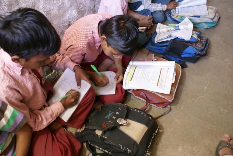 De schooltas is lessenaar en boekenkast
