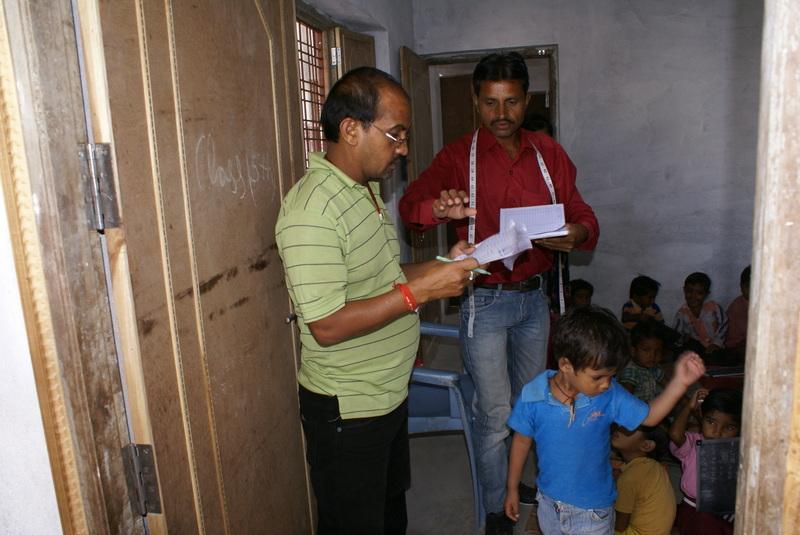 De kleermaker neemt de maat voor de laatste door de school verstrekte schooluniformen