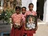 Kinderen bereiden de viering voor godin Laksmi voor